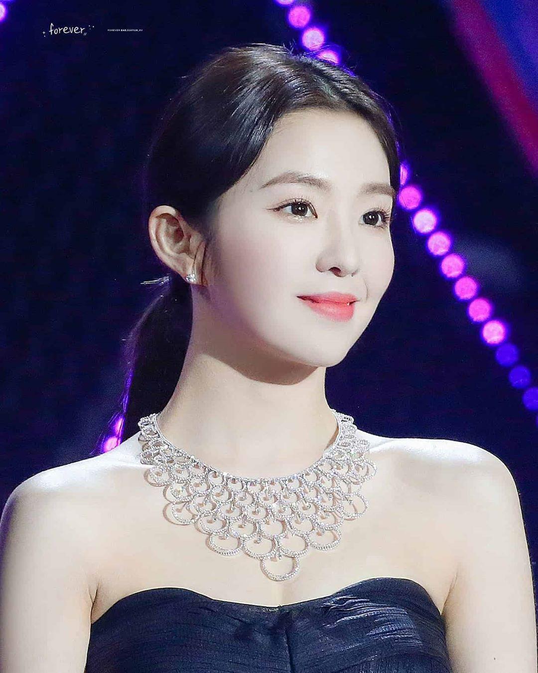 Mẫu phụ kiện Joy đeo thậm chí còn đắt hơn cả chiếc vòng cổ kim cương từng làm mưa làm gió cộng đồng mạng mà người chị em cùng nhóm Irene diện trong lễ hội âm nhạc cuối năm 2019.