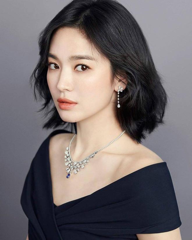 , Song Hye Kyo chính là mỹ nhân Hàn diện thiết kế vòng cổ đắt nhất. Cô từng xuất hiện cùng mẫu phụ kiện xa xỉ thuộc bộ sưu tập Joséphine Aigrette Impériale đến từ thương hiệu trang sức mình là gương mặt đại diện - Chaumet. Thời điểm ấy, nó trị giá tới hơn 178.000 USD.
