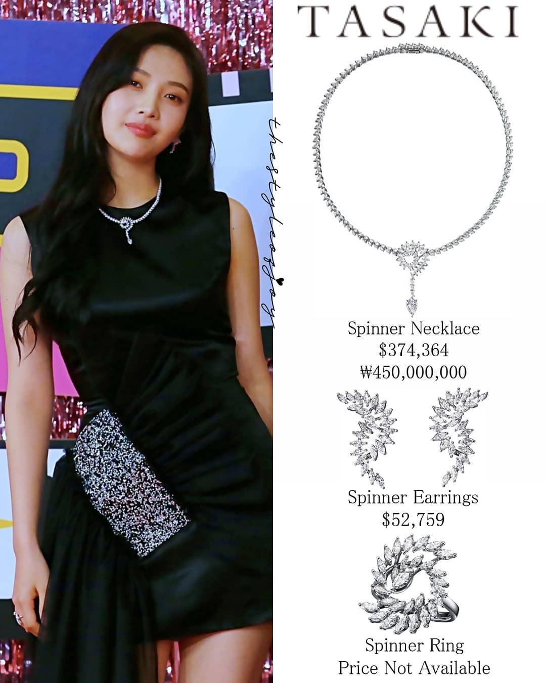 Chỉ riêng mẫu khuyên tai đã có giá bán lên tới hơn 52.700 USD. Bất ngờ hơn, chiếc vòng cổ lấp lánh cô đeo được hãng ra giá đến 374.364 USD.
