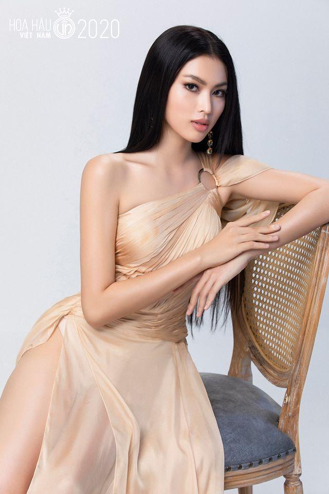Trong những bức hình, Ngọc Thảo thể hiện thần thái kiêu sa, vừa tôn lên được nét đẹp gợi cảm, vừa giữ vẻ nhẹ nhàng của phụ nữ Á Đông.