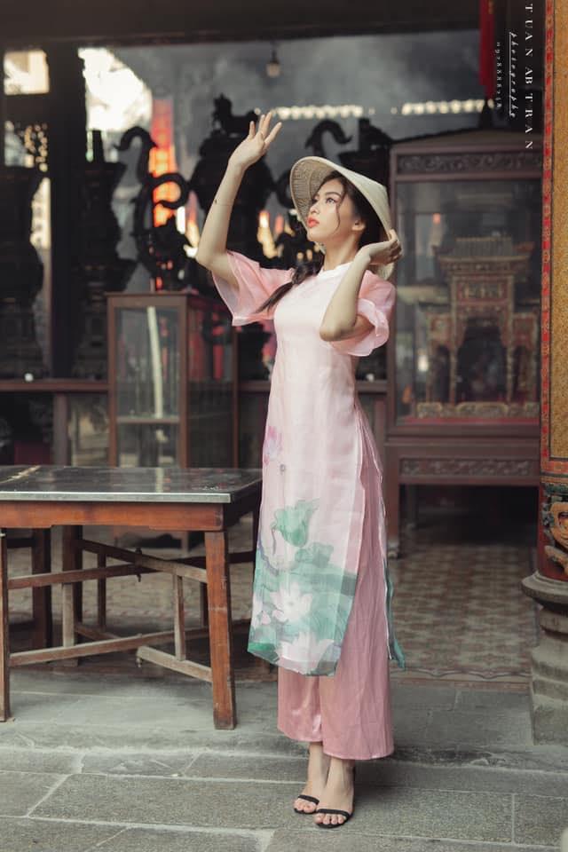 Người đẹp nhiều lần được mòi làm mẫu ảnh với concept đa dạng, lúc là áo dài truyền thống, lúc lại váy áo thiết kế hiện đại.