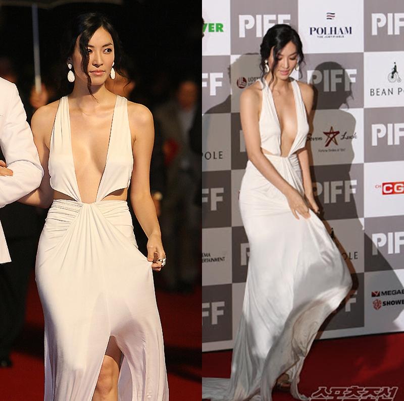 Hình ảnh So Yeon khoe ngực bị netizen Hàn ném đá dữ dội. Chiếc váy lụa có độ rủ tinh tế nhưng chi tiết cut out quá đà trước ngực đã khiến tổng thể bộ trang phục trông kém sang hơn.