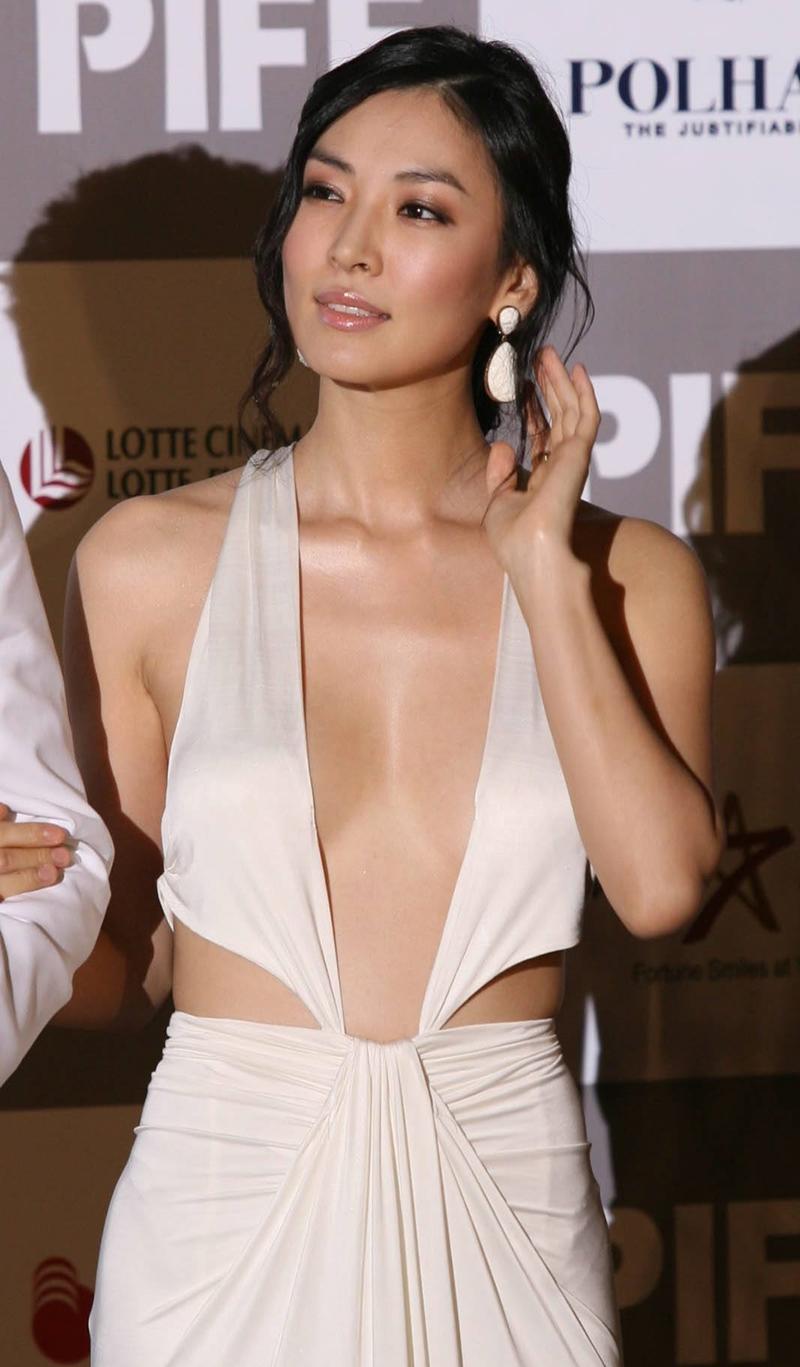 Tại Liên hoan phim quốc tế Busan năm 2007, Kim So Yeon từng gây tranh cãi khi diện bộ váy cắt xẻ táo bạo.