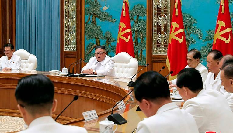 Nhà lãnh đạo Triều Tiên Kim Jong Un (thứ hai từ trái sang) tham dự một cuộc họp khẩn cấp ở Bình Nhưỡng hôm 25/7.