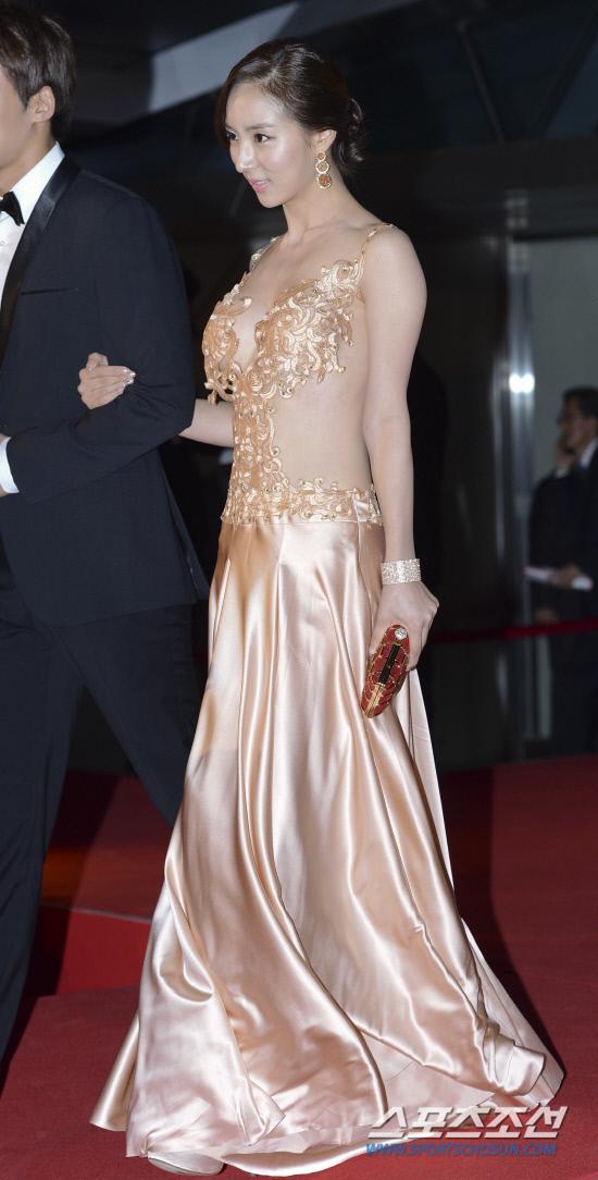 Bae So Eun trở thành tâm điểm của Liên hoan phim quốc tế Busan năm 2012 với thiết kế váy lụa màu nude đính đá Swarovski có giá 3.600 USD.
