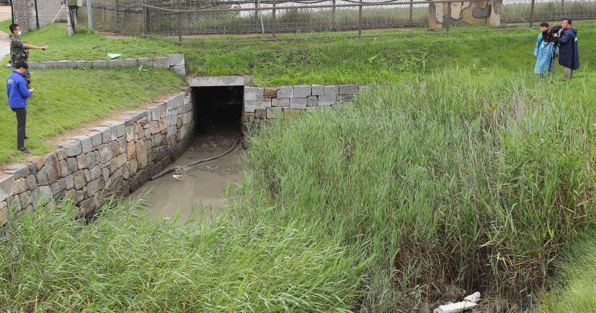 Ống cống dưới hàng rào dây thép gai ở phía bắc đảo Ganghwa, phía tây Seoul có thể được kẻ đào tẩu Triều Tiên sử dụng để trở về nhà. Ảnh: Yonhap.