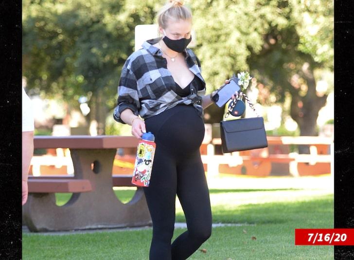 Sophie được nhìn thấy tại Los Angeles một tuần trước khi sinh. Ảnh: Mega.