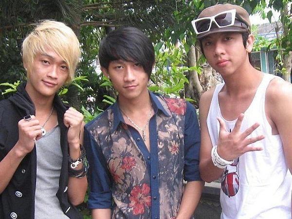 Gia Hùng (giữa) từng sinh hoạt cùng nhóm HKT với TiTi (trái).