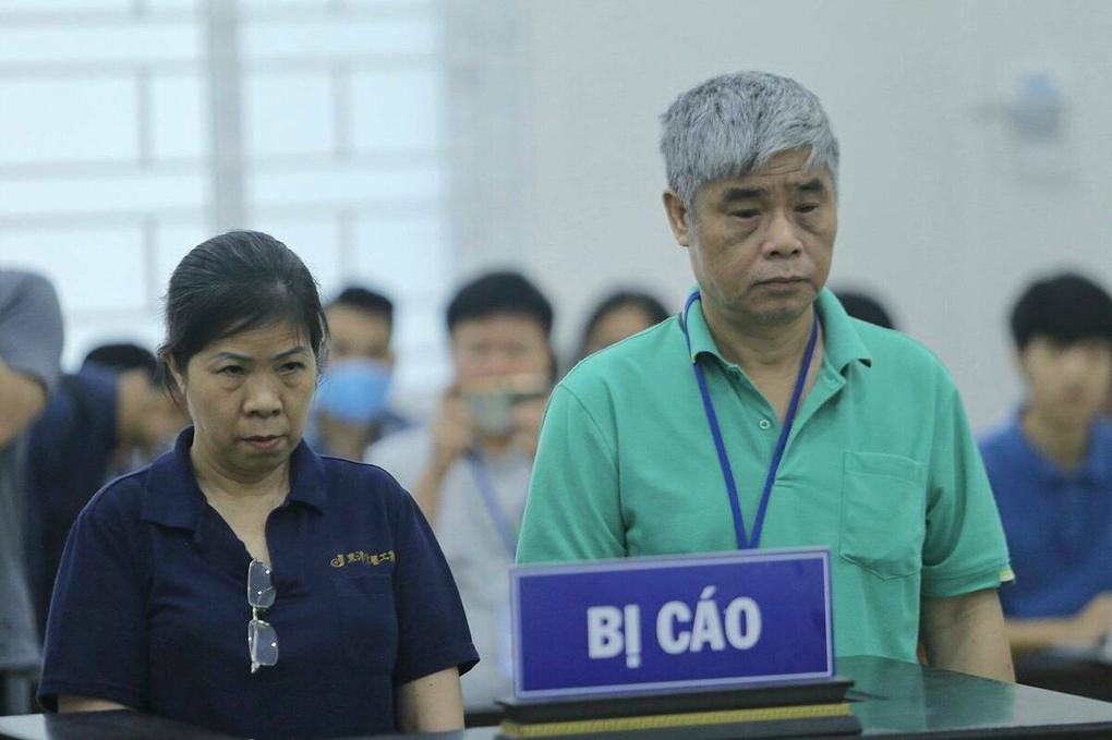 Bị cáo Nguyễn Bích Quy và Doãn Quý Phiến tại tòa sáng 18/5. Ảnh: Tùng Đinh.