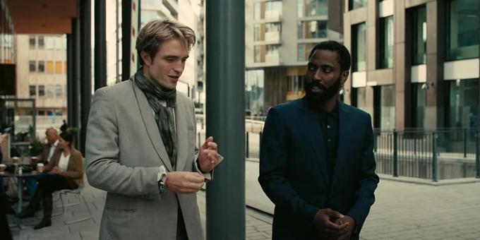 Robert Pattinson và John David Washington là hai ngôi sao của phim.