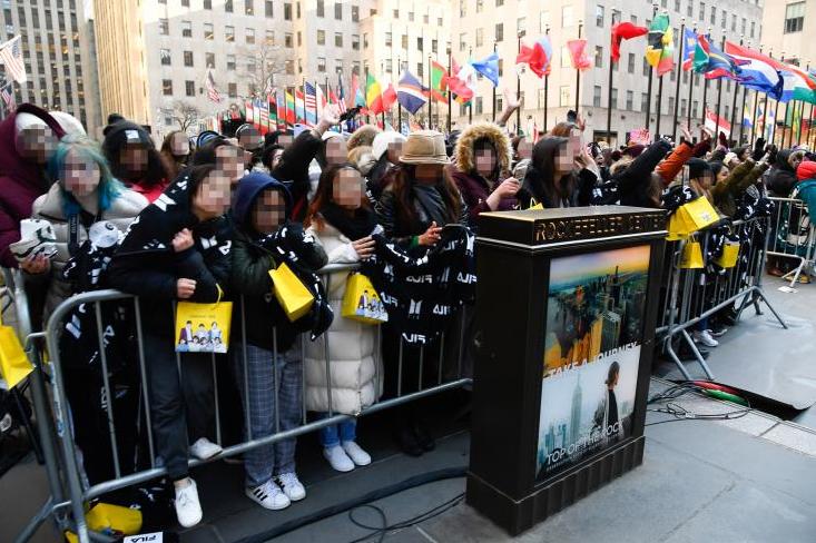 Fan xếp hàng chờ buổi biểu diễn của BTS tại New York hôm 21/2/2020.