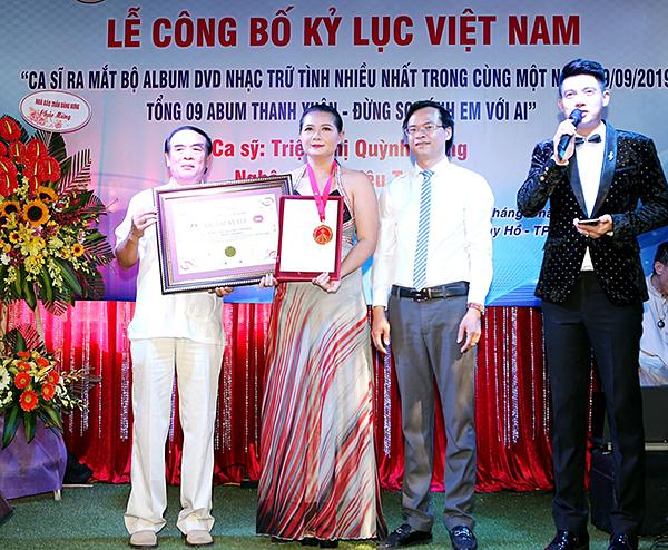 Triệu Trang nhận giấy chứng nhận và kỷ niệm chương.