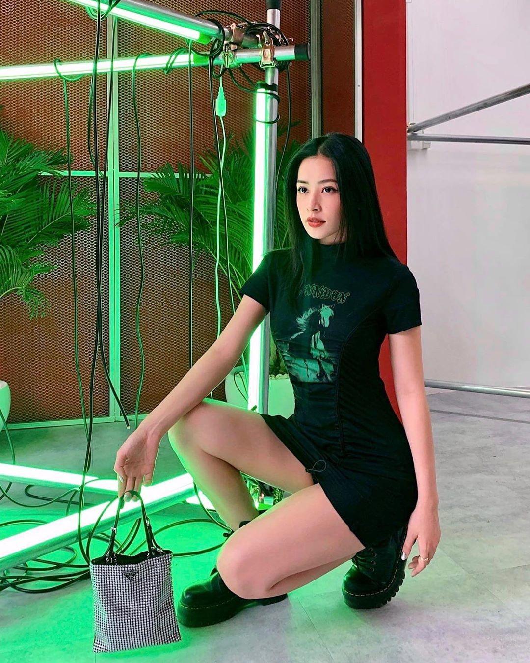 Chiếc váy giá 1.050k của thương hiệu Yondon giúp Chi Pu trông đầy cool ngầu, hiện đại.