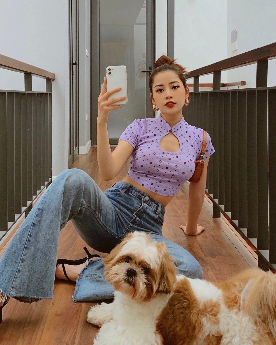 Mỹ nhân sinh năm 1993 là một trong những người đầu tiên lăng xê mốt áo khoét ngực kiểu sườn xám cách điệu. Thiết kế màu tím cực hợp trend của cô nàng đến từ thương hiệu Onon made với giá bán 490k.