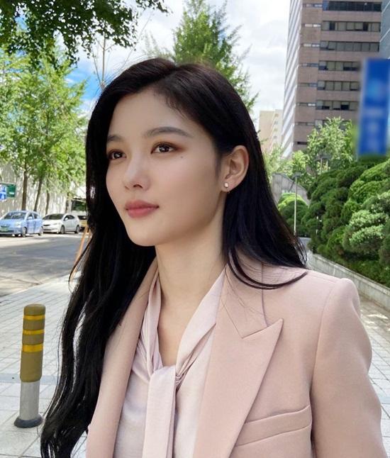 Kim Yoo Jung diện bộ blazer hồng thanh lịch dạo phố, khoe vẻ trưởng thành.