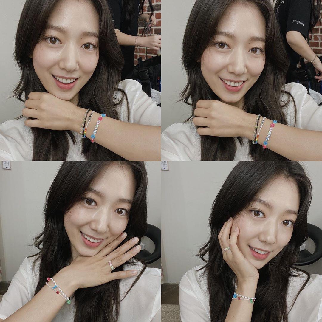 Park Shin Hye tạo dáng đáng yêu để... khoe vòng.