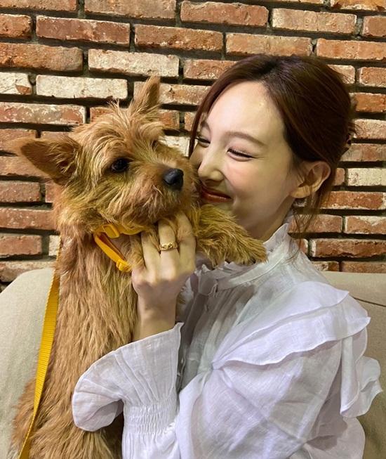 Na Yeon cười tít mắt cưng nựng cún yêu.