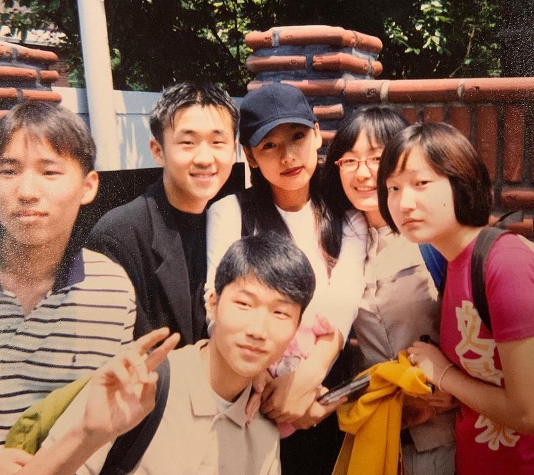 Lee Hyo Ri chia sẻ bức ảnh chụp cùng fan trước cửa nhà 20 năm về trước.