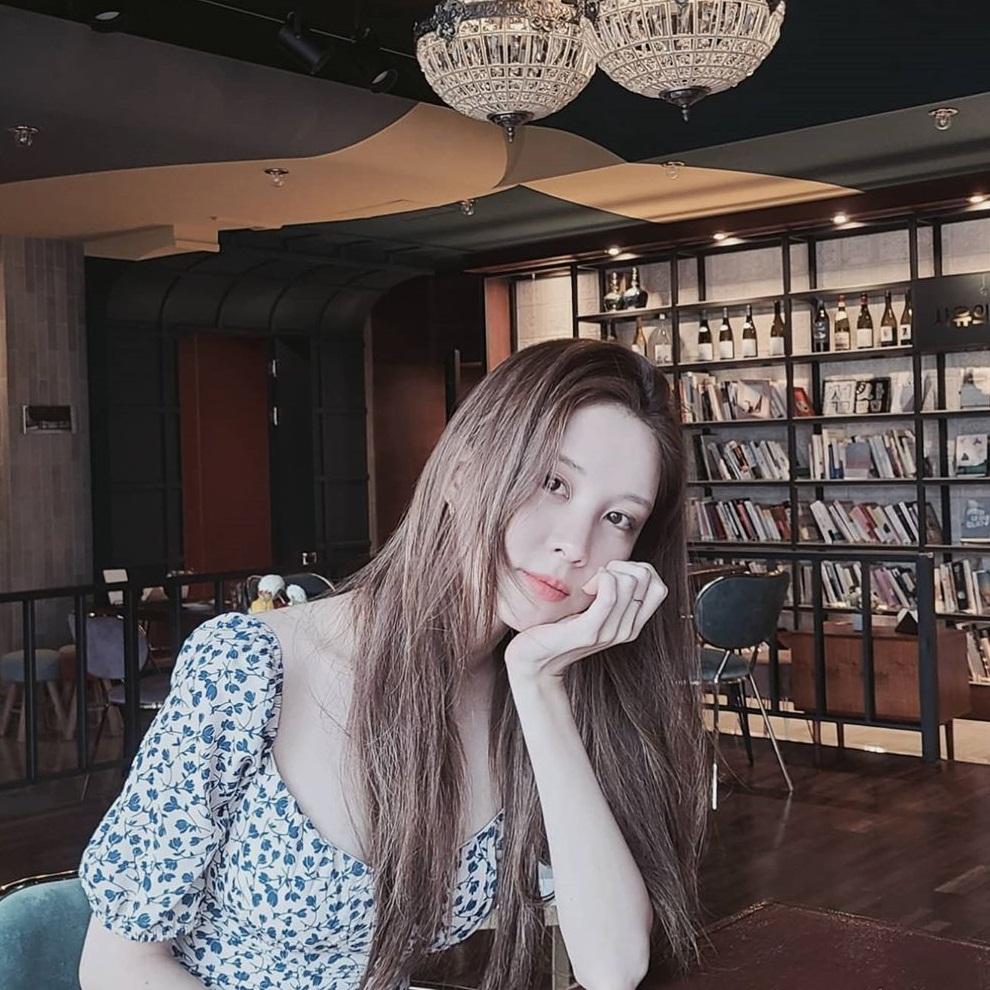 Seo Hyun diện váy khoét cổ rộng khoe thềm ngực quyến rũ. Em út SNSD được khen ngày càng đẹp mặn mà.