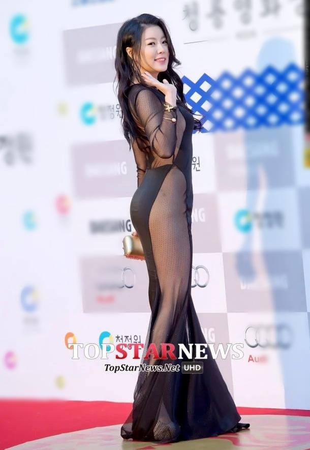 Tại lễ trao giải Rồng Xanh lần thứ 35 năm 2014, nữ diễn viên No Soo Ram gây sốc với bộ đầm xuyên thấu hở lưng nhức mắt.