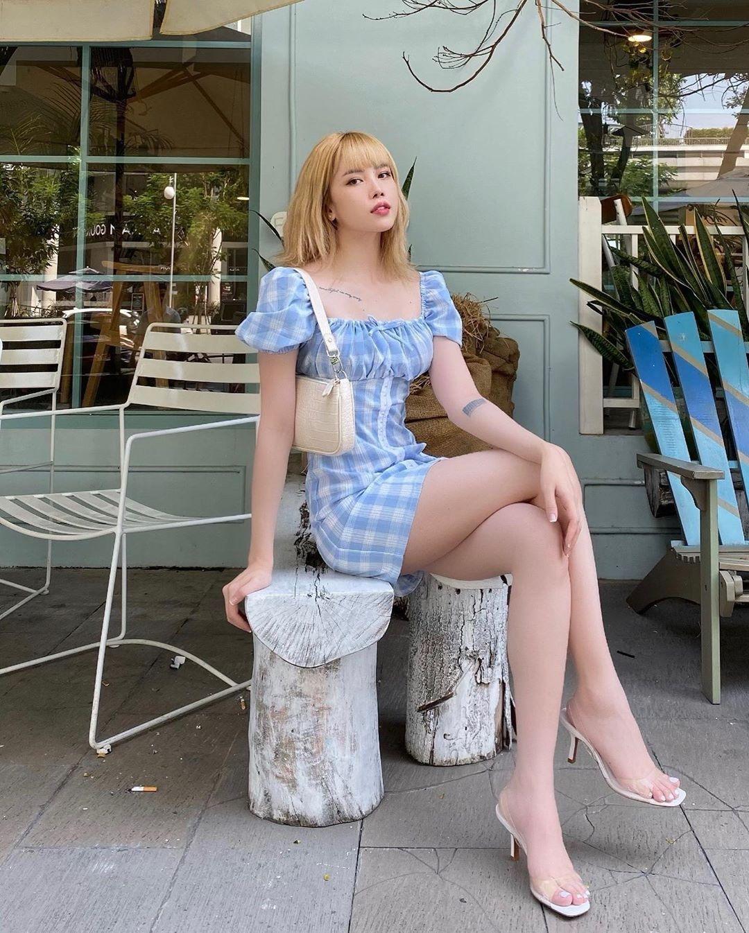 Thiều Bảo Trâm tạo được hình ảnh sang chảnh, sành điệu mà không cần đến những món đồ quá đắt đỏ. Trừ túi xách hay giày dép, trang phục của nữ ca sĩ chủ yếu đều đến từ các local brand với kiểu dáng trẻ trung, thời thượng nhưng giá thành hợp lý. She by Shj là một trong những thương hiệu yêu thích, xuất hiện nhiều nhất trong tủ đồ của giọng ca 26 tuổi.
