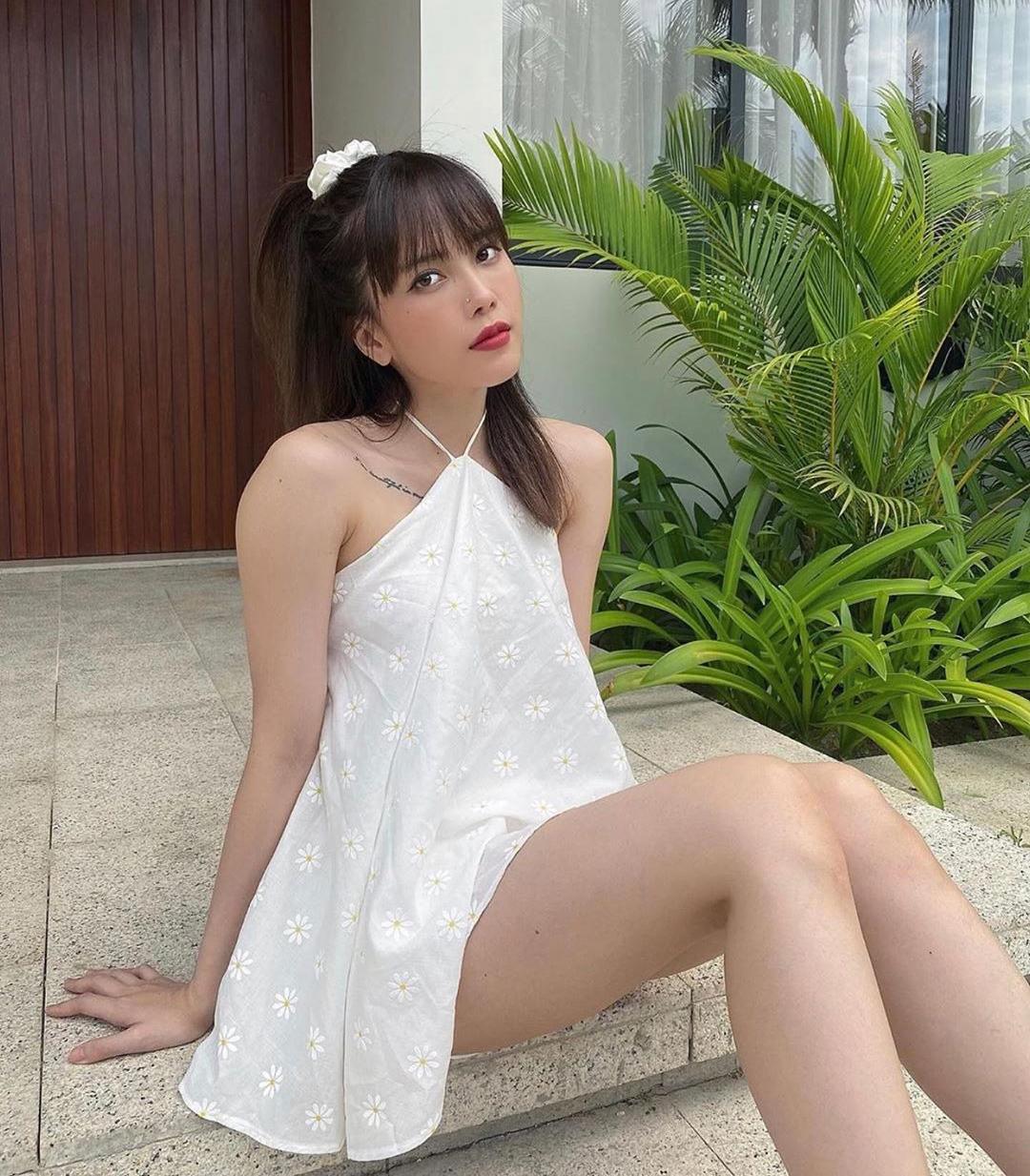 Áo váy cổ yếm in họa tiết hoa cúc đúng mốt giá 530k mang đến cho bạn gái tin đồn Sơn Tùng vẻ đẹp tươi trẻ như các cô nữ sinh.