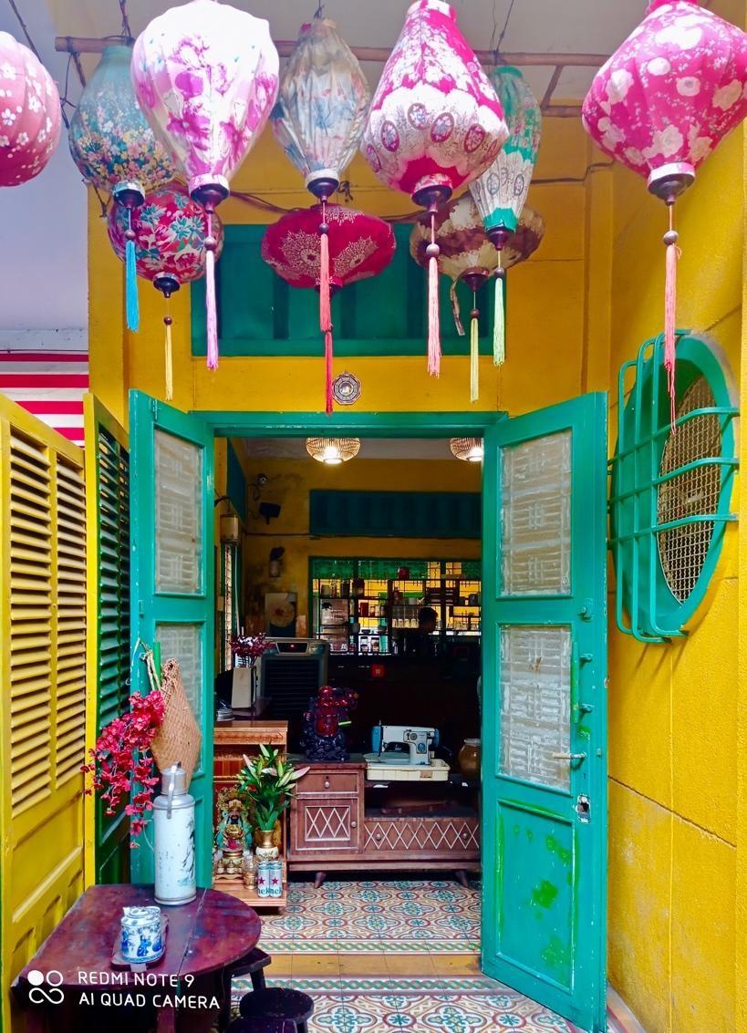 Lang thang đường phố những ngày cuối tuần, không cần tốn nhiều chi phí và thời gian, ta vẫn có thể khám phá những không gian mang bản sắc riêng của các nước hay một góc trú ẩn bình yên ngay trong lòng Sài Gòn hiện đại và náo nhiệt.