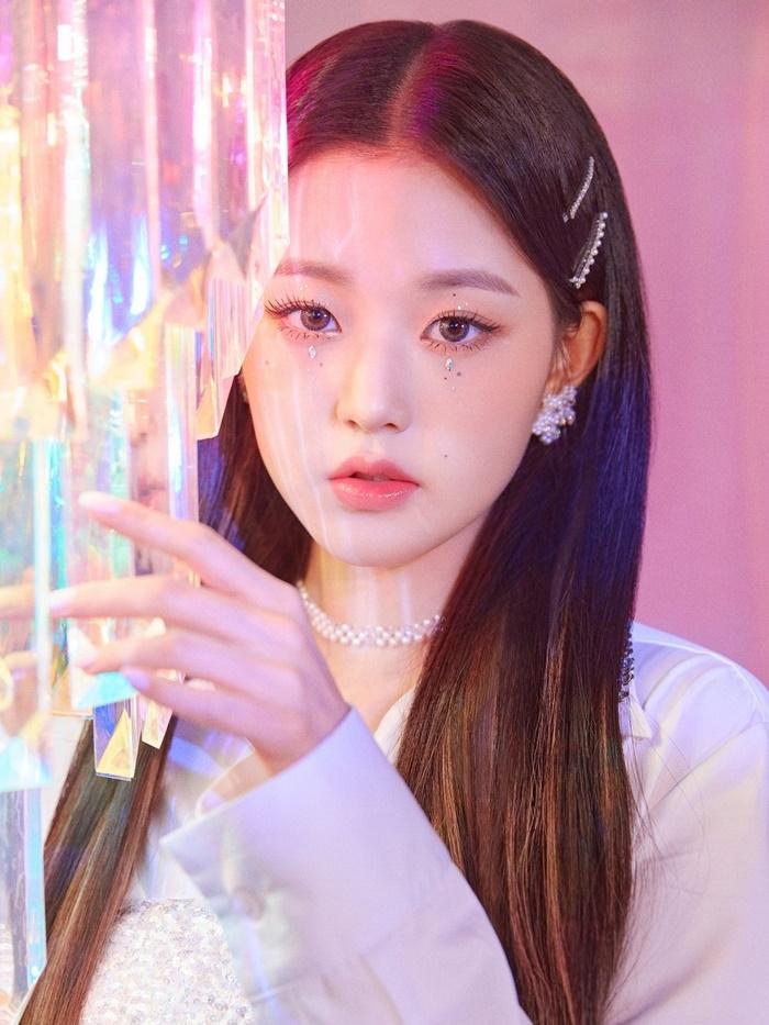 Jang Won Young (IZONE) sở hữu đôi môi hình tam giác chúm chím xinh xắn. Tỷ lệ đôi môi với các đường nét khác trên gương mặt cô rất hài hòa, cân đối.