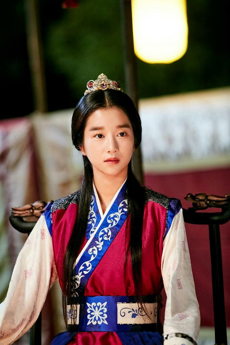 [Đôi lông mày ngang đậm nét khiến gương mặt Seo Ye Ji trở nên cứng nhắc, kém hấp dẫn.