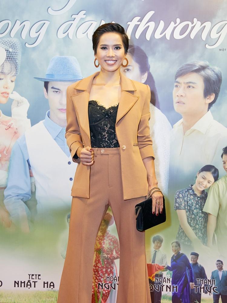 Bella Mai cắt tóc ngắn, diện đồ menswears. Tạo hình của cô khác hẳn nhân vật Hương Thảo trong phim.