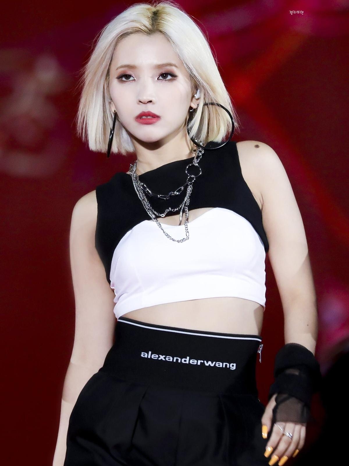 So Yeon có vẻ đẹp cá tính độc lạ, trong đó đôi môi hình tam giác là điểm nhấn cuốn hút trên gương mặt trưởng nhóm (G)I-DLE.