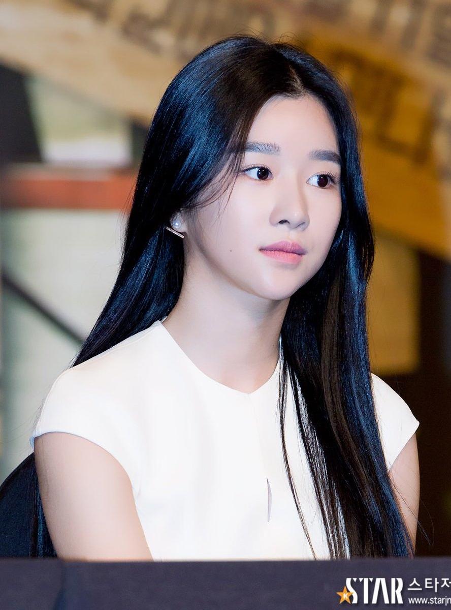 Seo Ye Ji tham gia diễn xuất từ 2013 nhưng thời gian đầu, cô vẫn là một gương mặt khá nhạt nhòa. Nguyên nhân chính khiến nữ diễn viên kém thu hút là vì cách làm đẹp không phù hợp, cụ thể là kiểu lông mày ngang, rậm và còn kẻ đậm màu.