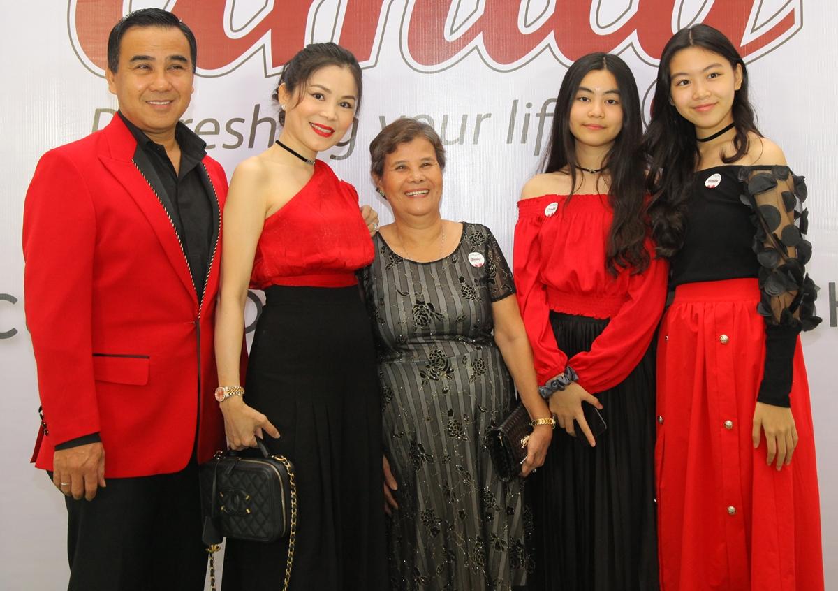 Ngày 29/7, gia đình Quyền Linh diện đồ đỏ đồng điệu tham dự một sự kiện tại TP HCM. Mẹ ruột của nam nghệ sĩ cũng đến chung vui.