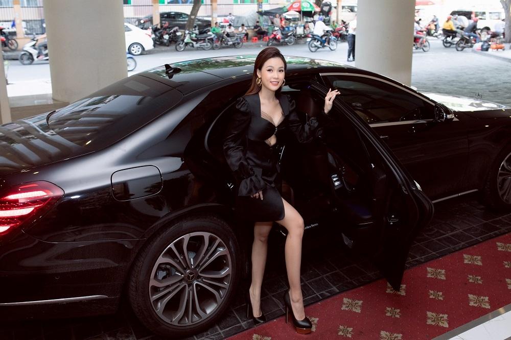 Sự kiện còn có sự góp mặt Sam. Cô xuất hiện nổi bật với trang phục đen gợi cảm, tự lái xế hộp tiền tỷ đến địa điểm.