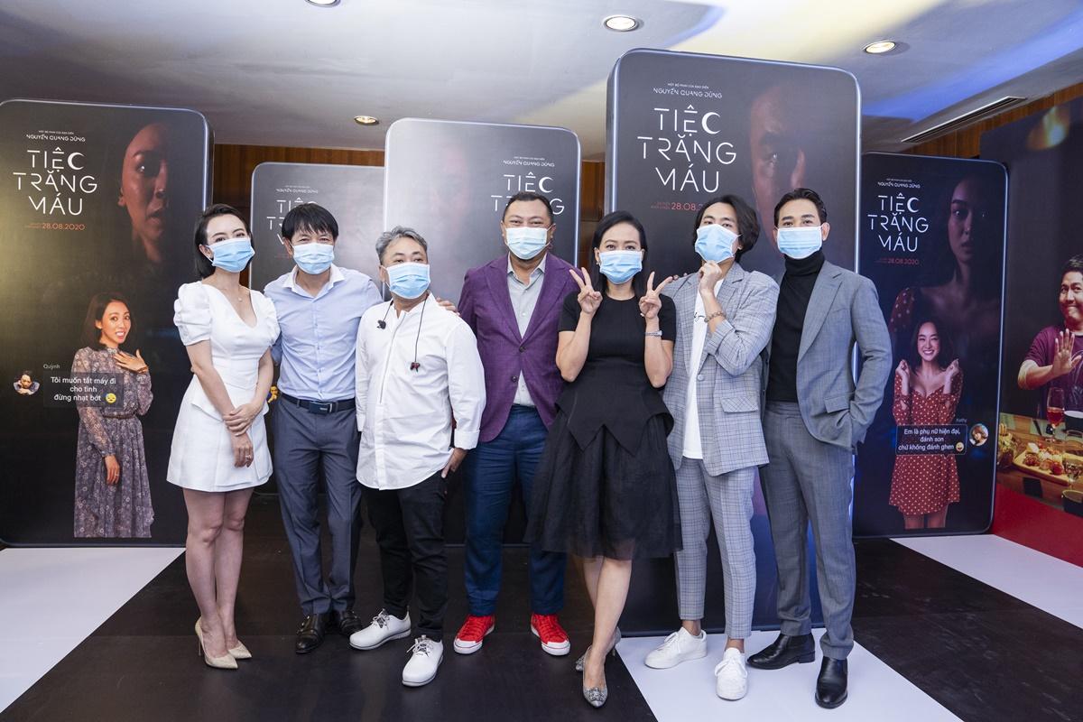 Dàn diễn viên đeo khẩu trang tại buổi ra mắt phim. Ảnh: Maison de Bil