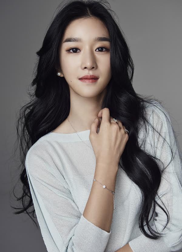 Các đường nét trên khuôn mặt Seo Ye Ji rất mềm mại thanh thoát, không ăn khớp với cặp lông mày đen đậm to bản trông khá dìm.