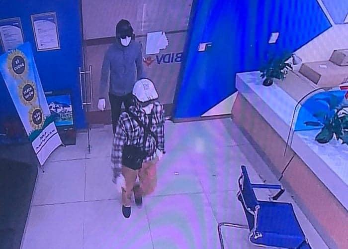 Hình ảnh 2 đối tượng vào ngân hàng hôm 27/7. Ảnh: Công an TP Hà Nội.