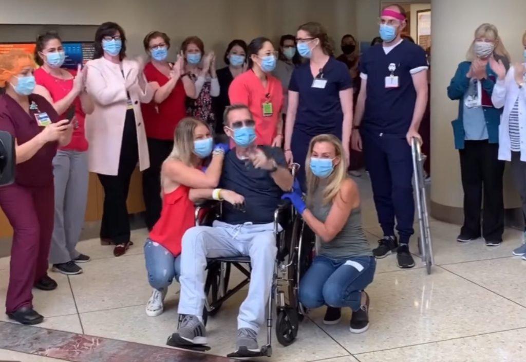 Nhân viên y tế chúc mừng Garfield ra viện sau 64 ngày điều trị Covid-19.