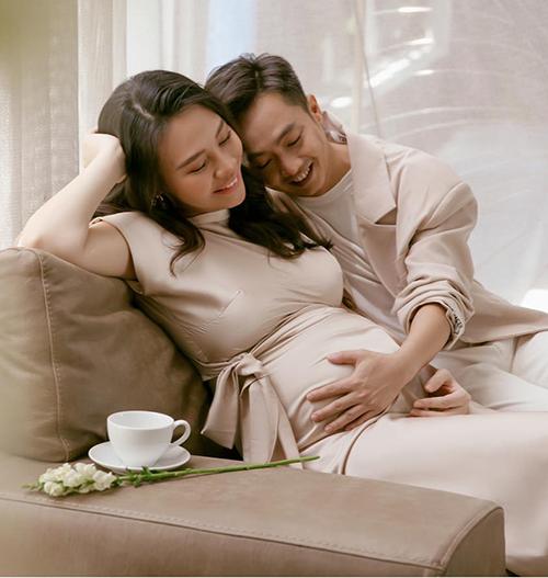 Đàm Thu Trang khoe bụng bầu lớn, hạnh phúc bên ông xã Cường Đôla nhân kỷ niệm một năm về chung một nhà.
