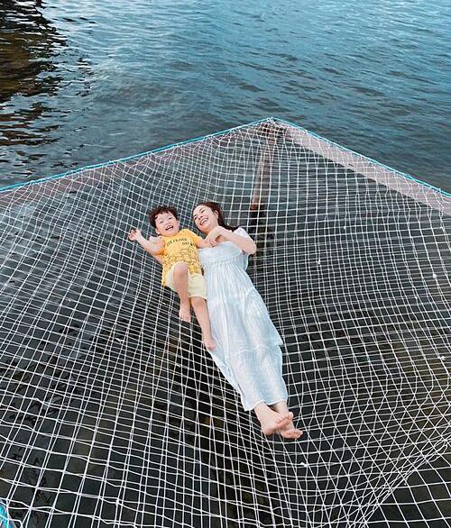 Dương Cẩm Lynh vui đùa cùng con trai trong chuyến du lịch Phú Quốc.