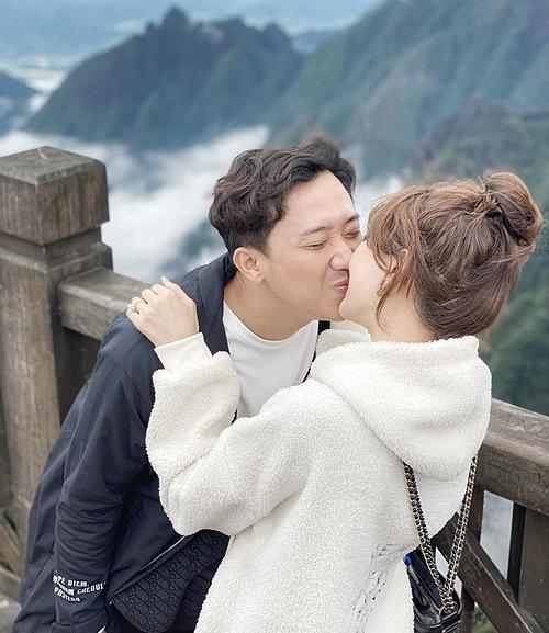 Vợ chồng Trấn Thành - Hari Won tình tứ khóa môi.