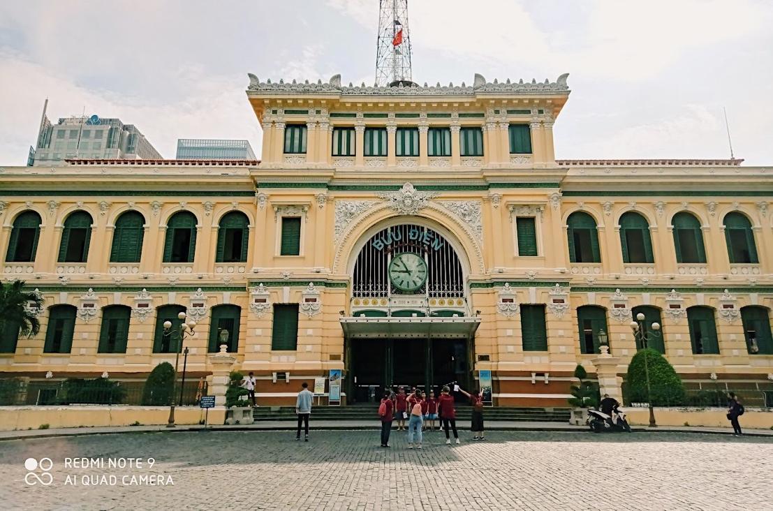 Bên cạnh sự tĩnh lặng, mang đậm nét Á Đông, Sài Gòn còn có những không gian hiện đại được ví như Châu Âu thu nhỏ như Bưu điện Trung Tâm Sài Gòn với đặc trưng của phong cách kiến trúc tổng hợp Âu – Á hay Nhà thờ Đức Bà Sài Gòn - một kiệt tác kiến trúc Roman – Gothic, Nhà hát lớn thành phố với lối kiến trúc của Pháp... Trong điều kiện ngược sáng, cụm bốn camera của Redmi Note 9 vẫn có thể lưu trữ lại nét kiến trúc đặc trưng của Bưu điện Trung Tâm Sài Gòn một cách sắc nét.