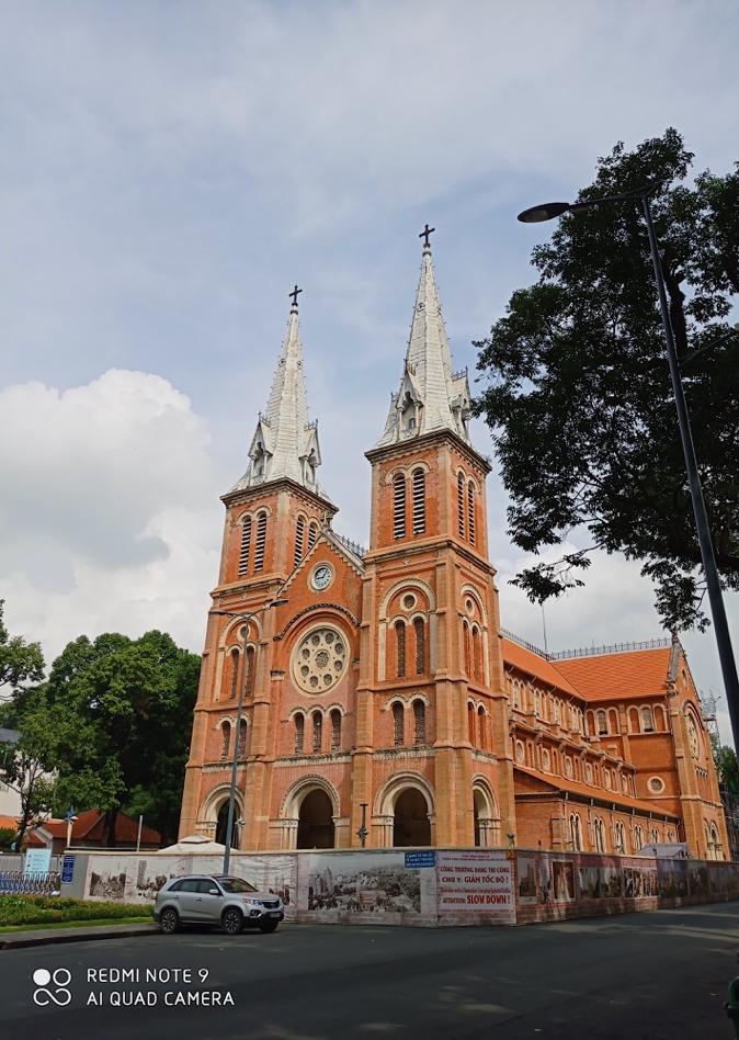 Nhà thờ Đức Bà là một trong những công trình kiến trúc lâu đời tiêu biểu của Sài Gòn, thu hút nhiều du khách đến tham quan. Với cảm biến góc siêu rộng 8MP f/2.2, camera của dòng điện thoại này có thể chụp bao quát toàn bộ không gian nơi đây.