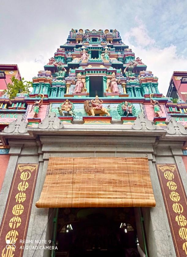 Sài Gòn còn có các kiến trúc mang phong cách Hindu giáo – Chùa Bà Mariamma hay chùa Bà Ấn Độ. Kiến trúc độc đáo của chùa bà Ấn được nhiều du khách và người dân ghé đến tham quan, cầu nguyện sự ấm no, hạnh phúc.