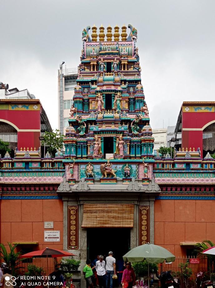 Người dân ở đây tin rằng đền thờ Bà Mariamman rất thiêng, do đó, bên cạnh những người gốc Ấn, có rất nhiều người Việt cũng đến làm lễ.