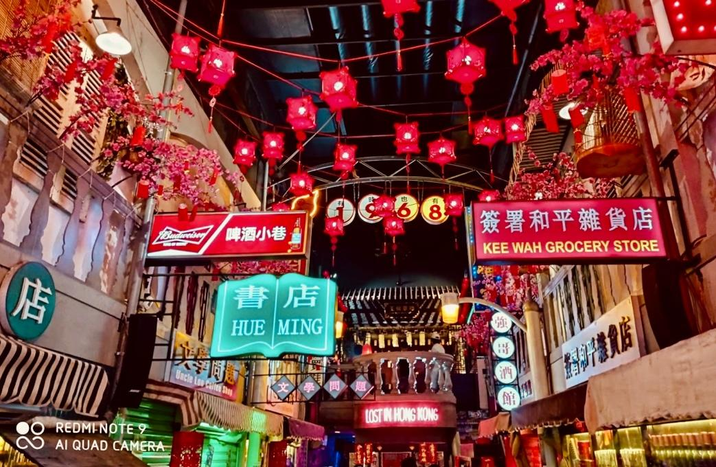 Con hẻm nhỏ Phạm Ngũ Lão là một góc sống ảo quen thuộc của các bạn trẻ Sài Thành. Tại đây, phong cách đường phố Hong Kong những năm 60, 70 được tái hiện qua ánh đèn, biển hiệu rực rỡ. Với không gian nhiều sắc màu, chế độ chụp đêm của Redmi Note 9 vẫn có thể mang lại những bức ảnh cân bằng ánh sáng giữa các chủ thể.