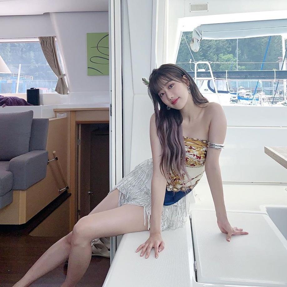 Na Eun (April) gây ấn tượng với cặp chân dài hút mắt trong trang phục kiệm vải quay MV Now or Never.