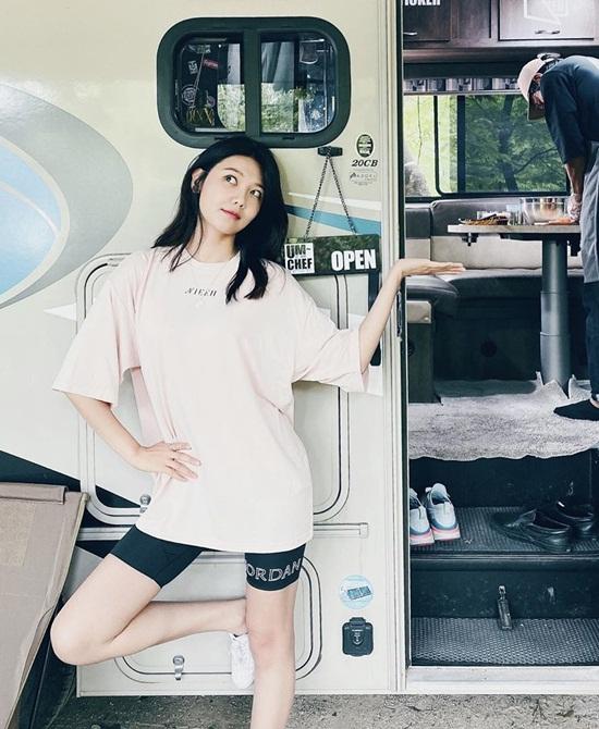 Soo Young mặc quần short đạp xe khoe đôi chân thẳng, thon nuột.
