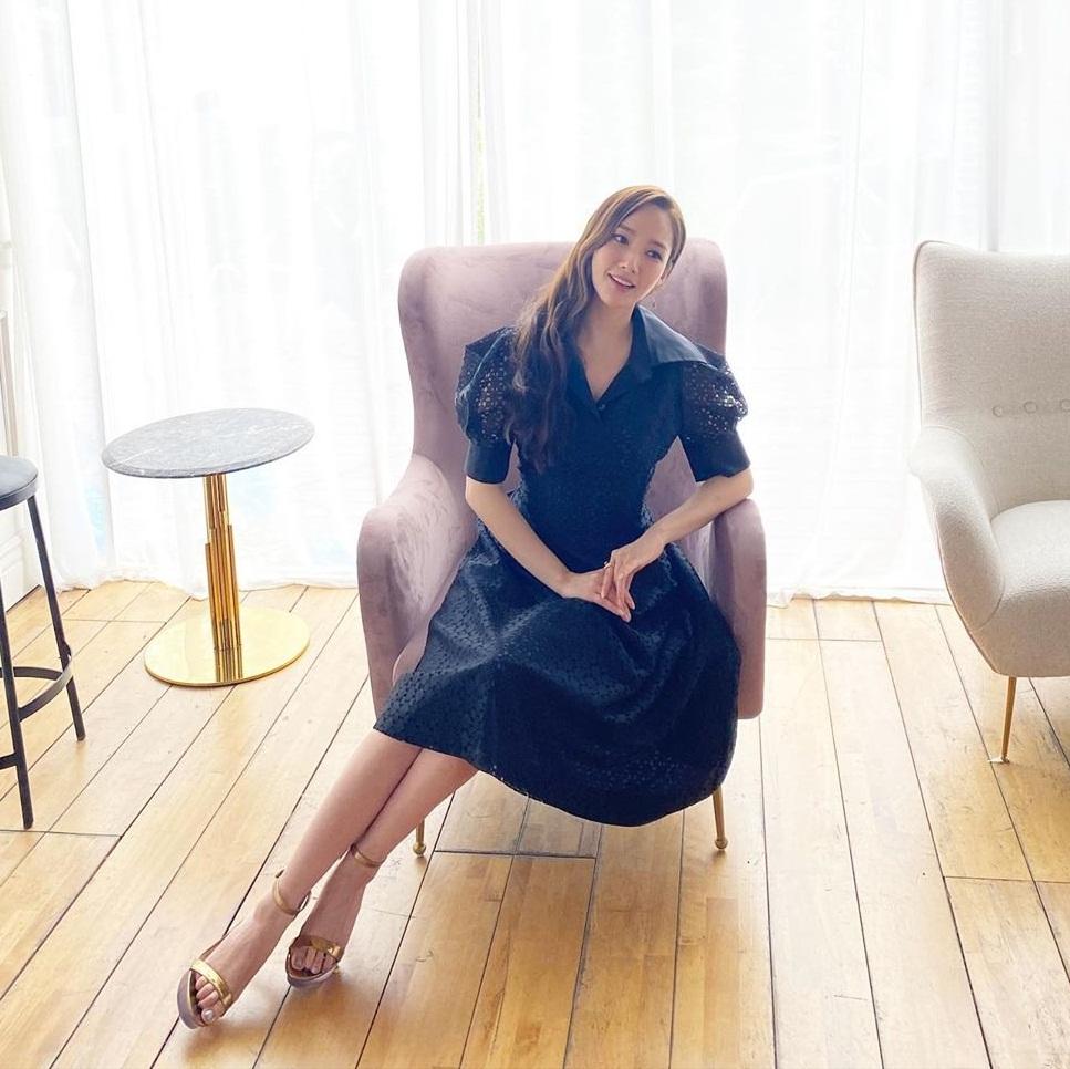 Park Min Young toát lên vẻ thanh lịch, sang trọng từ trang phục đến điệu bộ, khí chất.