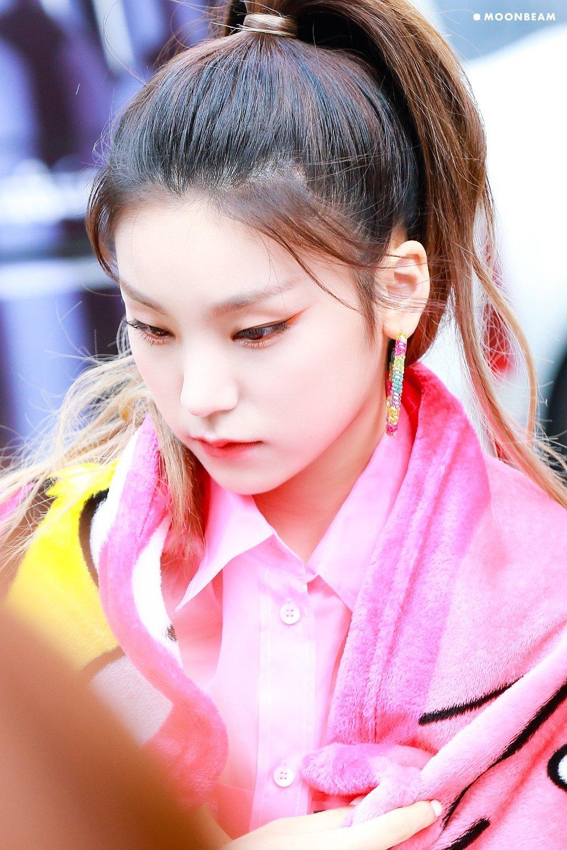 Yeji chứng minh việc tìm đúng kiểu kẻ lông mày có vai trò quan trọng trong việc nâng tầm nhan sắc. Nữ idol trở nên thu hút, có khí chất girl crush và thu hút mọi ánh nhìn mỗi lần xuất hiện.